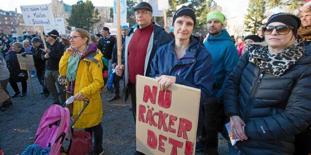 Här protesterar de mot planerna på att lägga ned skolor i Luleå