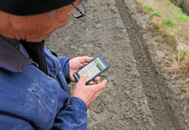 Via appen i mobilen kan bonden hålla koll på varje enskilt steg i processen. Enligt Toyota har de kunnat höja produktiviteten och samtidigt minskat användandet av bekämpningsmedel.