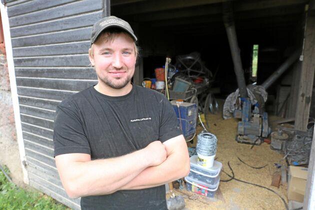 Christoffer Eriksson på Kyrkotorps Lantbruk utanför lagården där de blandar foder till korna. Spillt spannmål lockar till sig råttor.