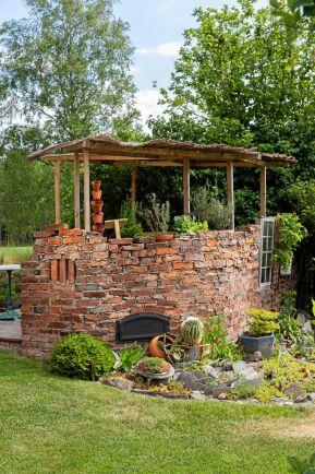 Skifferplattor och tegel bildar ett värmemagasin, där värmeälskande växter och fjärilar trivs lika bra i rabatten.