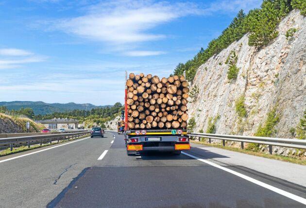Skogsindustrierna befarar ökade transportkostnader om stora delar av det vältrafikerade vägnätet avgiftsbeläggs.