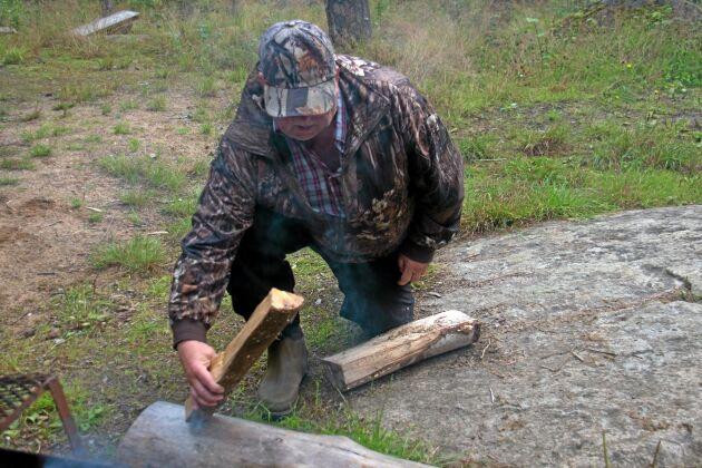 Dagens tema var fällfångst. Kjell-Åke demonstrerar hur en stockfälla fungerar.