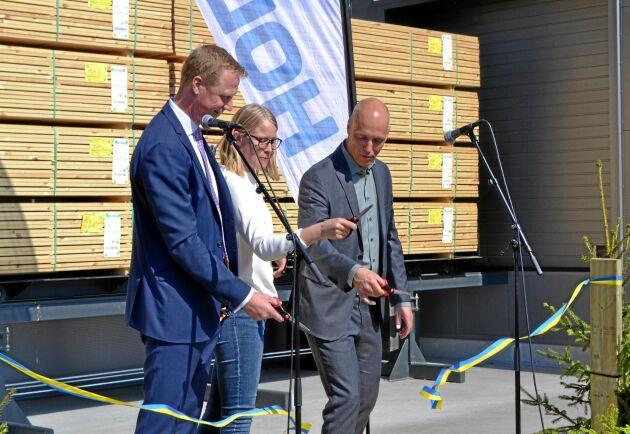 Klippte bandet för den nya impregneringsanläggningen gjorde Henrik Sjölund, VD, Kristina Yngwe (C) samt Johan Padel, affärsområdeschef.