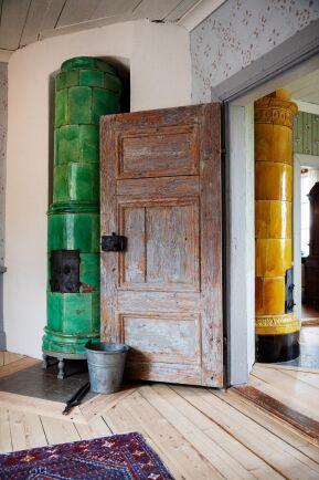 Den gröna, antika kakelugnen är nyinstallerad då kyrkan tog bort originalkakelugnen på 1930-talet.