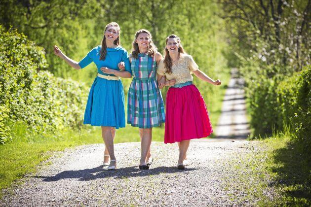 Systrarna Emelie, Josefine och Maria Hebbe i sin mormors gamla klänningar.