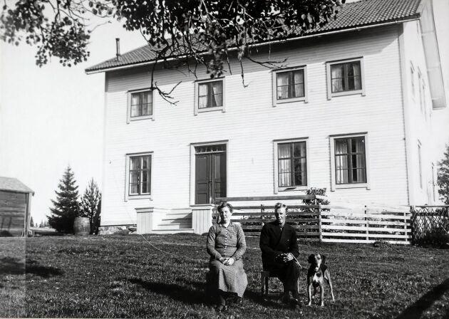 Foto från 1930-talet med dåvarande ägaren Hilma Åman och sonen Emanuel.