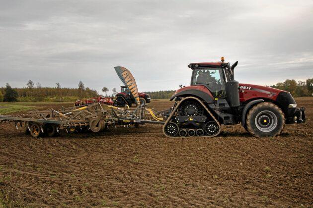 Traktorer med band baktill, här Case IH 380, gick varma på fälten.