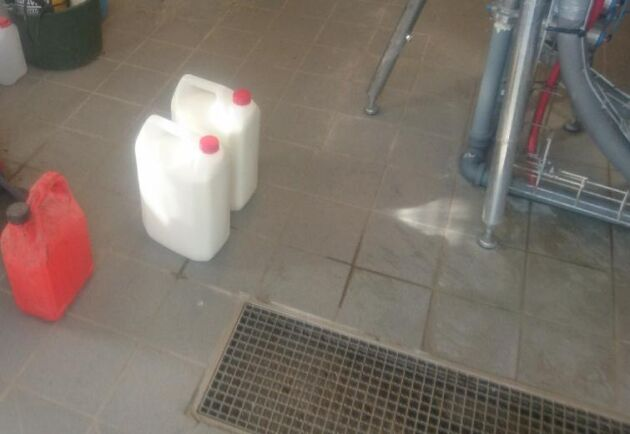 Mjölkhämtarna hade dunkar med sig som de ville fylla med opastöriserad mjölk i en ladugård de inte hade behörighet att vistas i.