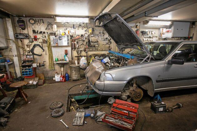 Motorhuven öppen på en av de flera bilar som Magnus har inne för reparation i sin verkstad.