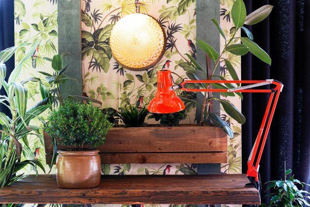 I dag blir det ännu bättre med blombord kompletterat med kontorslampa med växtljus.