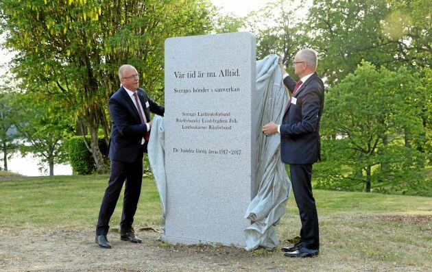 """""""Det var roligt att vi fick till det med minnesstenen på Sånga Säby. Jag och Palle Borgström låter täckelset falla""""."""