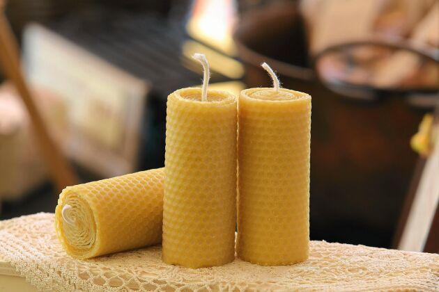 Varje år när biodlare skördar honung smälts binas gamla vaxbyggen ner och renas. Bina får rent i kupan och vi kan få fina ljus.