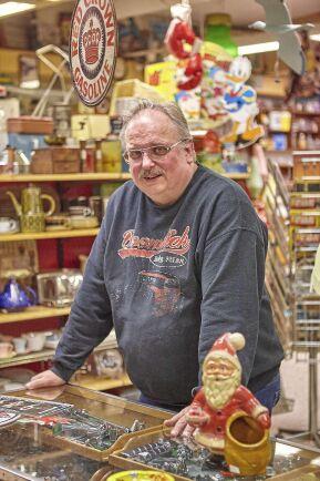 Stefan har samlat på prylar från 1950-, 1960- och 1970-talet i många år.