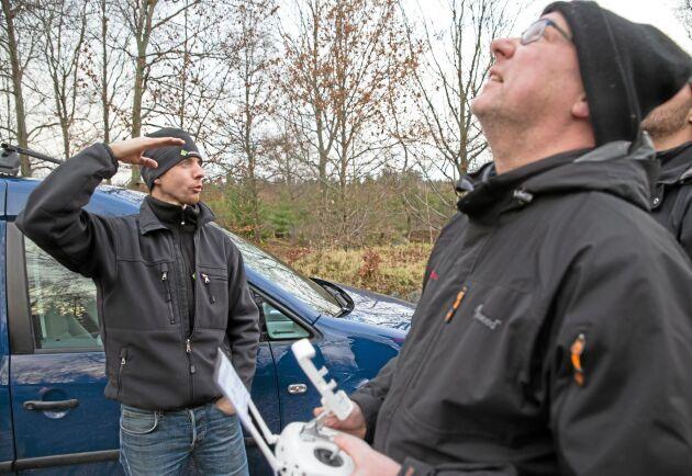 Skogsstyrelsens Anton Holmström förklarar medan Håkan Johansson flyger.