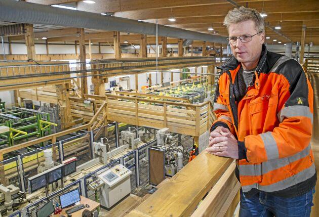 Kjell Lilletjernbakken är platschef på limträfabriken i Långshyttan där det mesta går på löpande band. Från första mars blir han även chef för den nya komponentfabriken som installeras i lokaler på andra sidan landsvägen där det även kommer en KL-fabrik.
