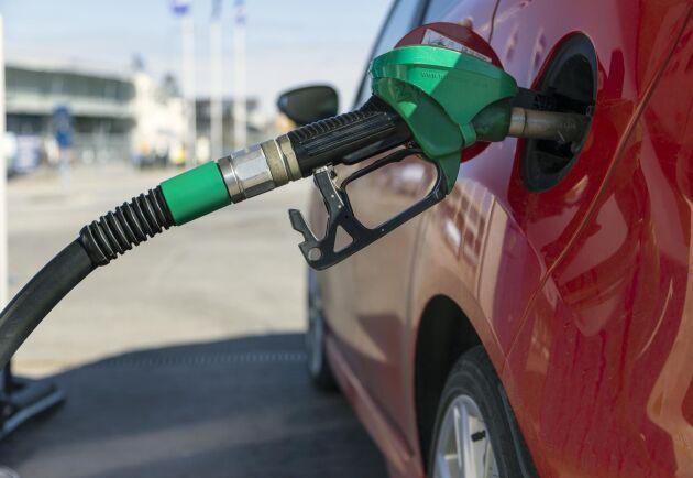 Priset på 95-oktanig bensin ligger nu på 16,99 kronor per liter.