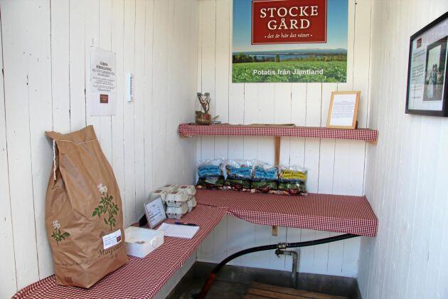 Det är självbetjäning som gäller i gårdsbutiken på Stocke gård. Hö och annat foder säjs på samma sätt i en lada intill.
