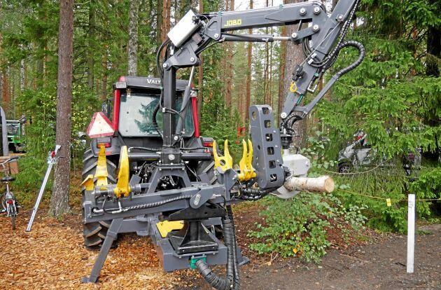 Finska Syketec tror på Sverige som en marknad för sin traktorburna processor. Processorn sitter i ett kasettsystem i kranfoten och kan bytas ut mot en mindre skogskärra.