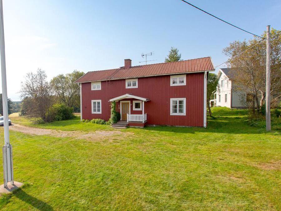 Bostadshuset i Lövånger har 5 rum och kök.