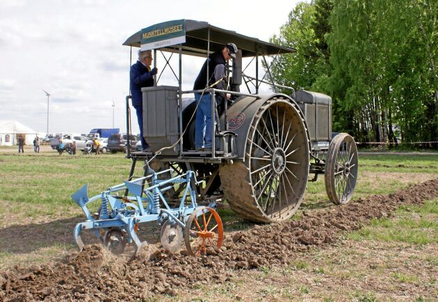 Vid plöjning med denna traktor rekommenderades fem skär för lätta jordar och fyra skär till styva leror.