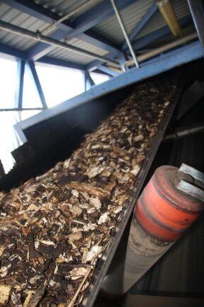 Flis transporteras in till pannan vid värmeverk. Foto: Mats Ostelius