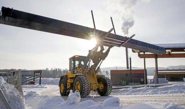 Lyft. Setras Limträfabrik i Långshyttan har lyft med ökade produktion och bra lönsamhet. Limträbalken som traktorn lyfter är precis producerad och den är redan på väg till kunden, snabba ryck gäller med ofta bara en veckas orderstock.