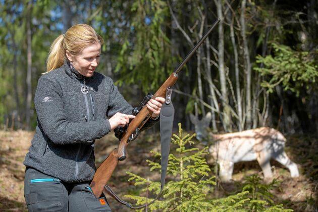 Evelina är erfaren jägare som tog jägarexamen när hon var 17 år.