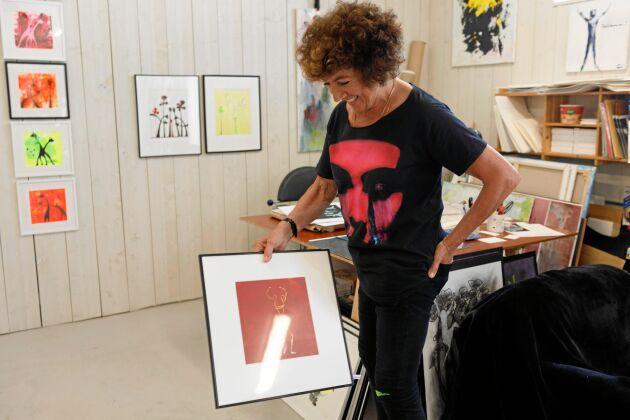 Konstnären Eva Otterström behövde en ny ateljé när hon hörde talas om Johnssons Gård, bara ett par kilometer hemifrån Träslövsläge. Här har hon inrett lokalen med en välfungerande arbetshörna och en liten galleridel.