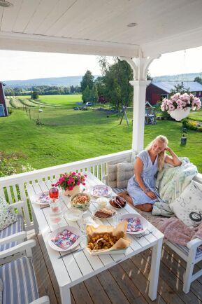 Att få sitta ute på verandan och äta middag och titta på den vackra utsikten är en ynnest, säger Emmelie.