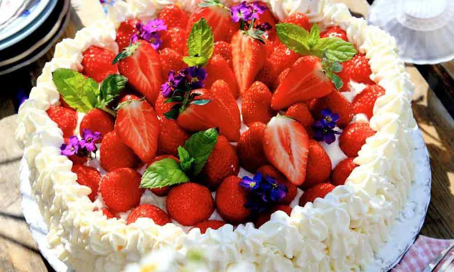 Bjud på ljuvlig jordgubbstårta.