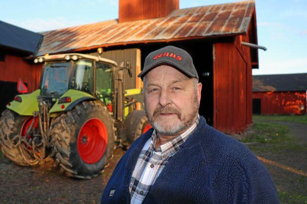 Att Gustav Persson har gjort affärer med Lantmännen i över 40 år räcker inte för att han ska få vara kvar som medlem. Claas-traktorn i bakgrunden är köpt på Lantmännen Maskin men när han numera ska serva den hänvisas han till en annan maskinhandlare.