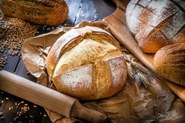 Bageribröd som bakas långsamt är nyttigare än snabbakat industribröd visar ny forskning.