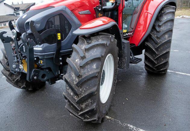 Krabbstyrning är egentligen tänkt att styra traktorn i kraftiga sidolut, men är också bekvämt att använda om man behöver styra bort från något.