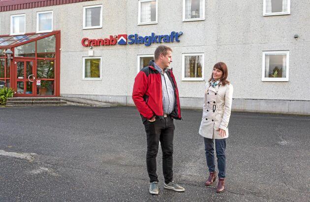 Verksamhetschefen för klustret, Linda Nyström, hälsar regelbundet på företagen för att hålla sig à jour med verksamheten och för att fånga upp nya idéer. Här är hon på besök hos Cranab/Slagkraft och samtalar med Magnus Hedman, service och eftermarknadschef.