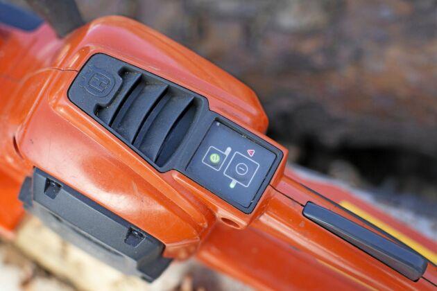 """""""Gasspärren på den batteridrivna motorsågen ska vara placerad ovanpå bakre bågen"""", säger Erik Sparrman."""