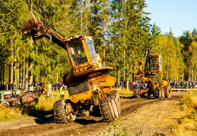 Det är parad på Skogens veteraners stora träff i Dalskog i Dalsland och här dansar engreppsskördarnas förfäder fram och trollbinder publiken. Det är Helgum Logma och ÖSA 670.