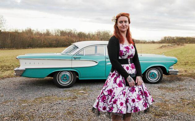 Den färgglada klänningen matchar en av familjens andra jänkare, Edsel pacer 1958.