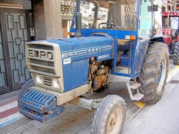 Ebro 6000-serien presenterades på Sima-mässan i Paris 1978. Under skalet fanns en Perkins motor.