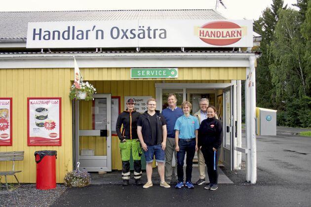 Det krävs engagemang för att få en lanthandel att gå runt. På bilden syns fr v: Rebecca Hamnstedt, David Reuterhäll, Niklas Axén, Emma Hallberg, Thord Hägg och Lisa Håkansson.