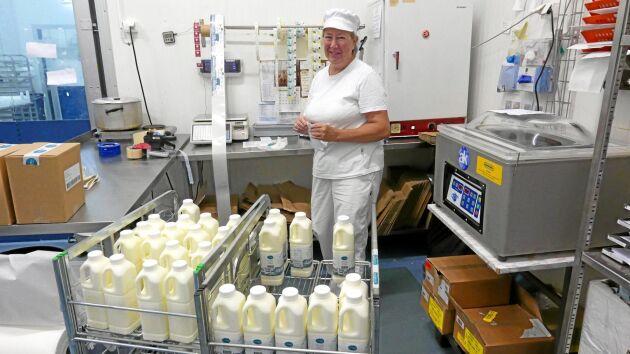 Eva Bryntesson packar getmjölk och getyoghurt - produkter som nu säljs över hela landet.