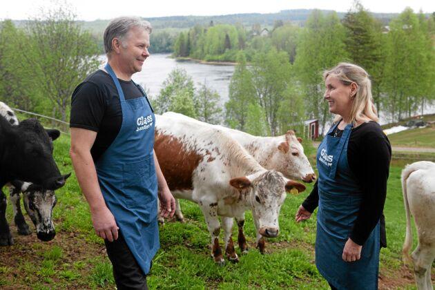 Arbetsglädje. Peter och Helena Ågren hjälps åt och stöttar varandra i jobbet som mjölk- och köttbönder och de vill ständigt utveckla sin verksamhet.