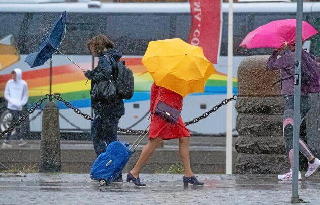 Paraplyproblem i regnet och blåsten i utanför Centralstationen i Malmö då stormen Knud anlände på fredagseftermiddagen. SMHI har utfärdat klass 1 varningar för södra Sverige på grund av stormen Knud. Foto: Johan Nilsson/TT