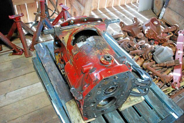 En växellåda köptes på traktorskroten för tester. Det finns ju inga ritningar till en traktor som aldrig byggdes och Odd Hermann fick tänka ut det själv.