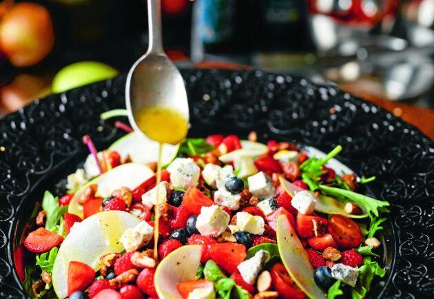 En fräsch och vacker sallad till buffébordet.