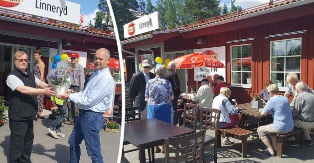 Linnerydsborna lyckades rädda sin mack och affär, nyligen firades affärens femårsjubileum. Till vänster överräcker sockenrådets Mikael Kamph (höger) en blomma till handlaren Per-Olof Håkansson. Foto: Stina Åkesson.