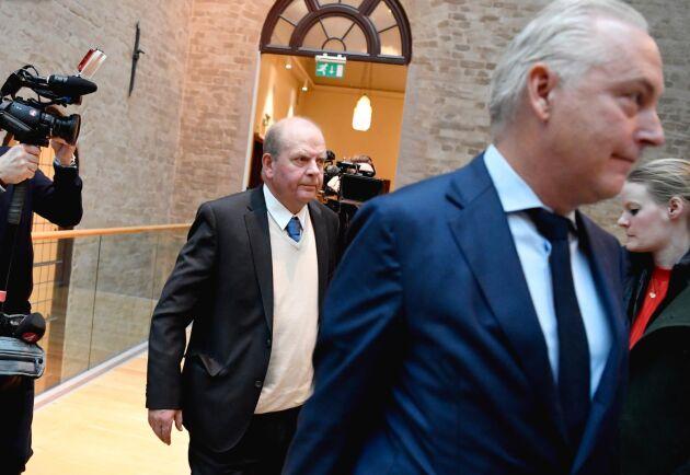 Före detta jordbruksminister Eskil Erlandsson (C) och hans försvarsadvokat Johan Eriksson på väg in till huvudförhandlingen i Stockholms tingsrätt. Arkivbild.