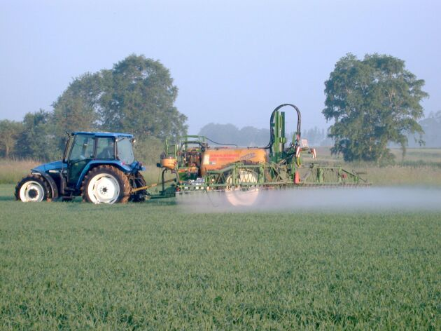 Det är inte ovanligt att tillstånd för att använda bekämpningsmedel inom ett vattenskyddsområde kostar lantbrukaren 5 000–6 000 kronor.