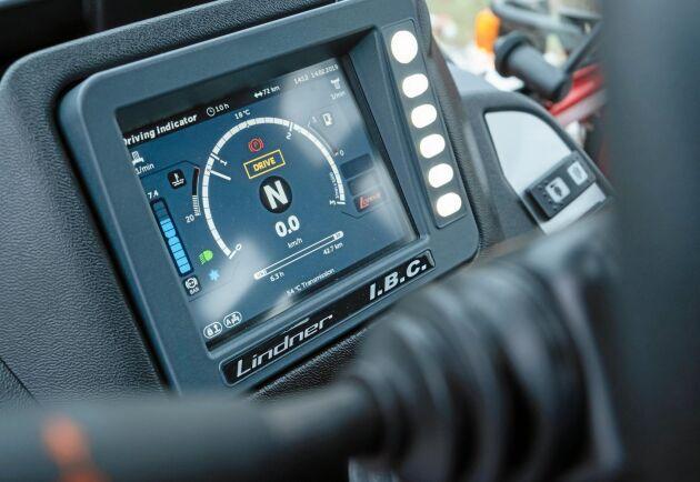 Traktorns digitalinstrument. Här sker också inställning av transmission och yttre hydraulik.
