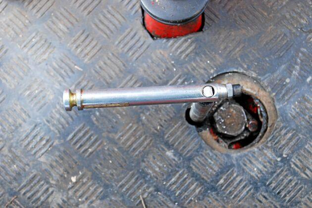 Den här spaken kopplar in fyrhjulsdriften och finns inte i någon annan T 700. Via länkar i växellådan påverkas en koppling som lägger i driften till framhjulen.