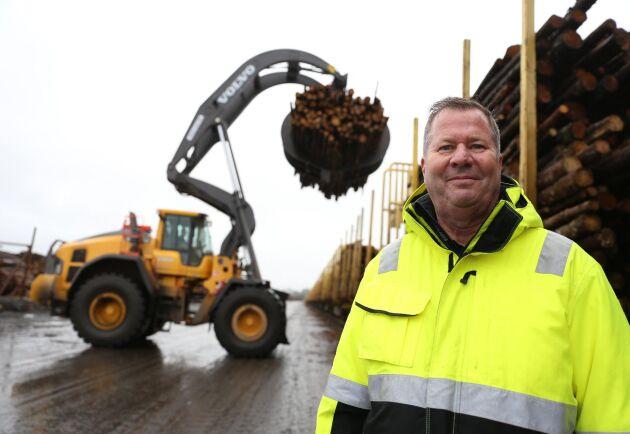 Dan Jönsson, verksamhetschef på Stockarydsterminalen. I bakgrunden lastas ett tåg till Värö med barrmassaved.